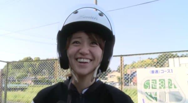 技能教習受講直後の大島優子さん  (画像出典:ヤマハ Web サイト「大島優子 二輪免許取ります!!」)