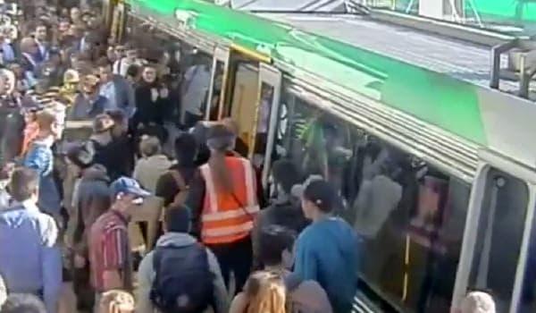 見事男性を救助 一部乗客からは拍手が起きた  (出典:Transperth/ABC News Australia)