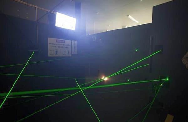 レーザー光線をかいくぐって進むエリア