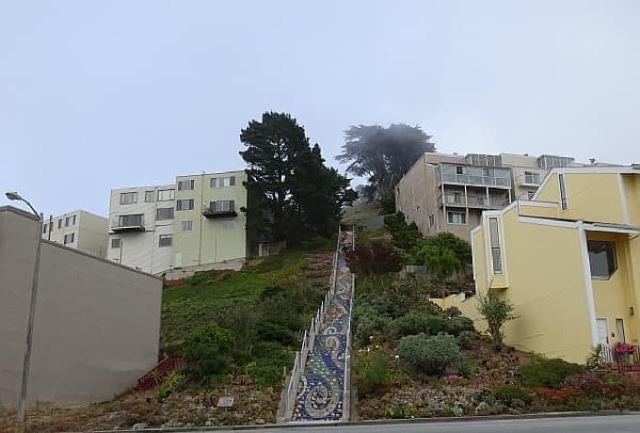 モラガ階段全景  最上部付近は霧で覆われています