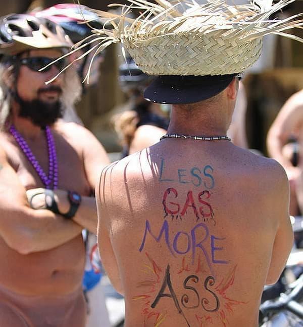多くの参加者の書くメッセージ「Less GAS, More ASS(ガソリンは少なく、尻は多く)」  これはイベントのキャッチフレーズ的なものとなっています