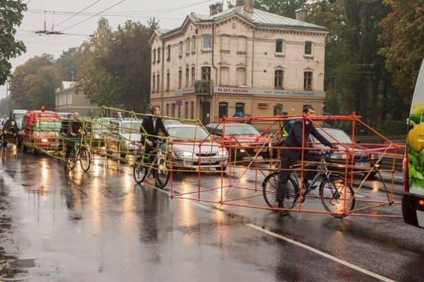 車線変更には、かなり苦労している様子が見て取れる  (画像出典: Let's Bike It 公式 Facebook ページ)