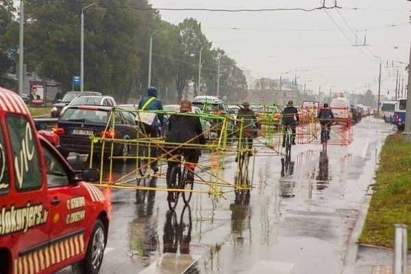 カッパも着ないで、身体を張ってデモを実施したサイクリストたち  (画像出典: Let's Bike It 公式 Facebook ページ)