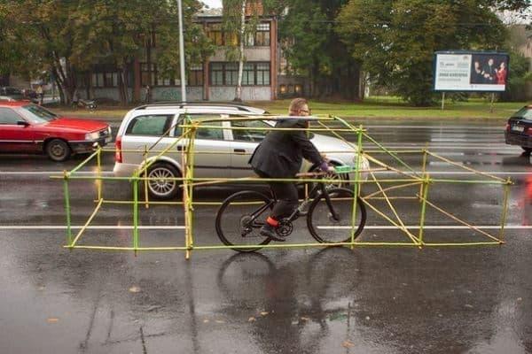 パイプ構造物により、交通量が無駄に増えていることがわかる  (画像出典: Let's Bike It 公式 Facebook ページ)