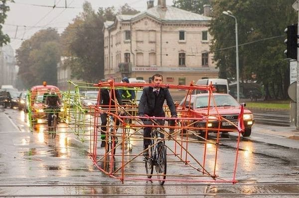 ラトビア共和国でカーフリーデーに実施されたデモ  (画像出典: Let's Bike It 公式 Facebook ページ)