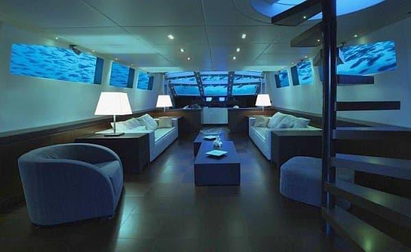 潜水艦ホテルのリビングルーム  3面の窓から海中の景色を楽しめます