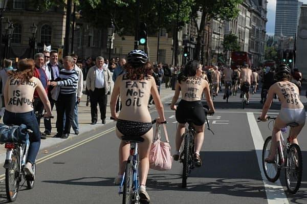 「オイルではなく、脂肪を燃やせ」と書く人(左から2番目)も  その右隣の女性は「燃料ではなく、ブラジャーを燃やせ」と書いています  こうなると、意味がよく分かりません…