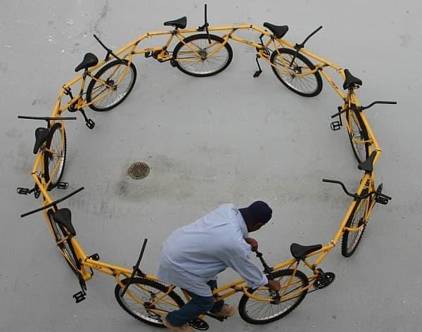 普通の自転車を漕げば良いのに…  ((C) Robert Wechsler)