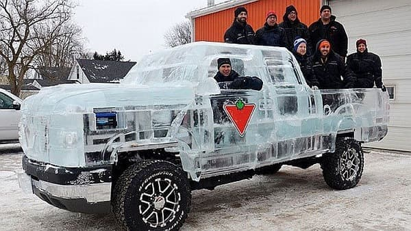 氷でできたピックアップトラック「Canadian Tire Ice Truck」