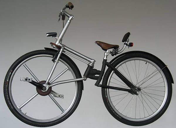 こちらは、前輪後輪を直接漕ぐタイプの自転車の例  ライディングポジションは、後ろに反ったものとなる