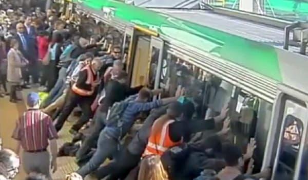 一丸となって車両を押して隙間を広げ  (出典:Transperth/ABC News Australia)