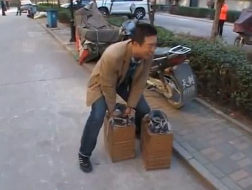 重すぎて持ち上げるなんて、無理!