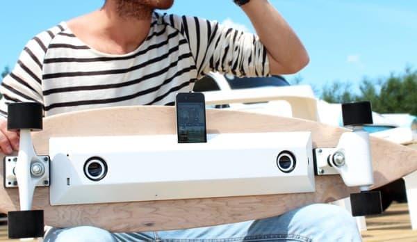 スマートフォン充電機能のついたスケートボード「Chargeboard」