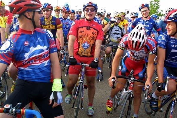 LIVESTRONG 財団の資金調達のため、レースに参加したロビンウィリアムズ氏   (画像出典: Joe Raedle 氏/Newsmakers)