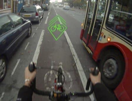 Blaze 利用イメージ  右側を走行するバスに自転車の接近を知らせています