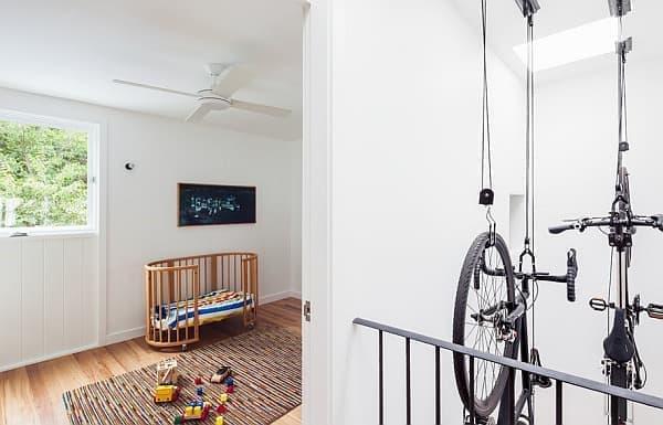 明り取り窓の下にあるスペースに吊り下げられた自転車  自転車の干物のよう?