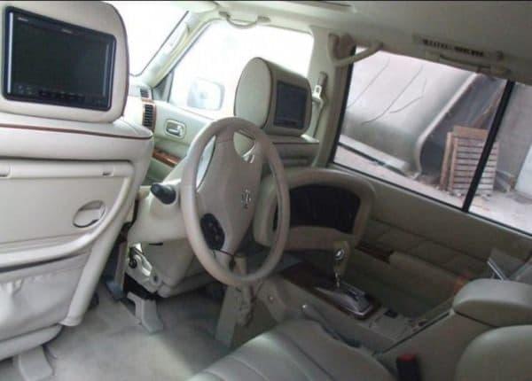ハンドル、アクセル、ブレーキなどはすべて後部座席に移設されている