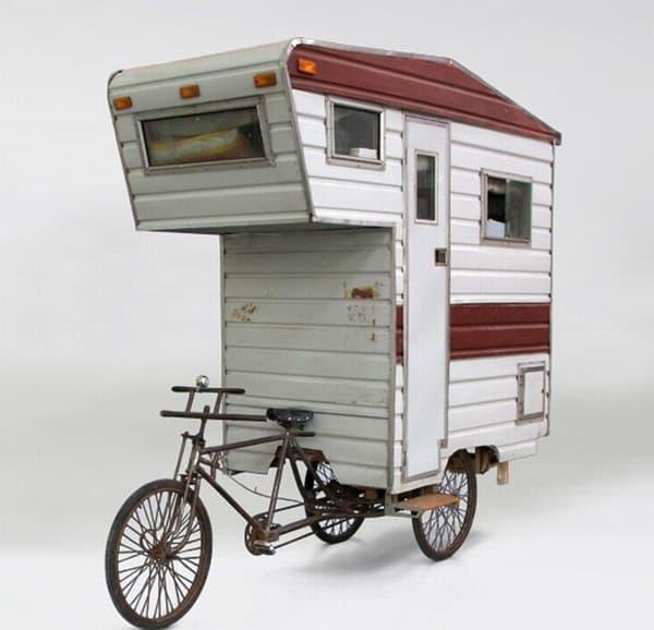 「Camper Bike」には、キャブオーバーらしきものが取り付けられています