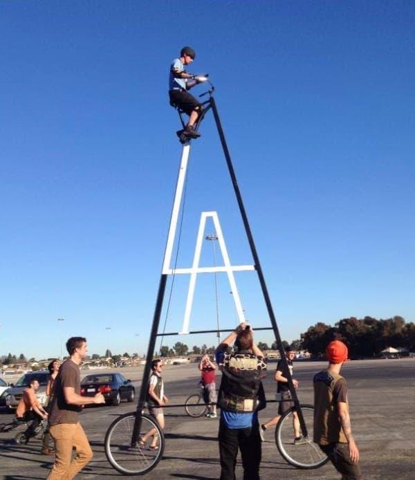 ロサンゼルスイングルウッドで公開された「Stoopidtaller(馬鹿みたいに高い自転車)」
