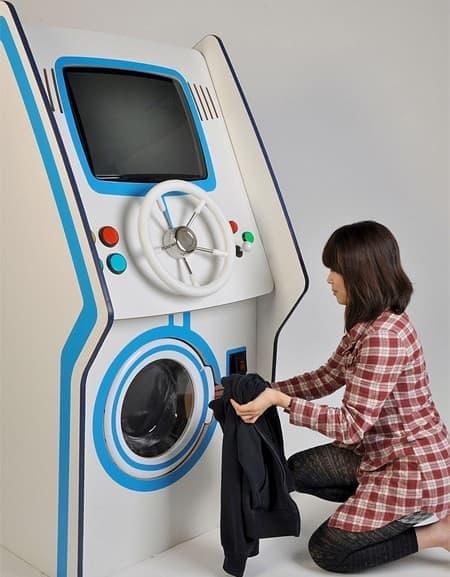 洗濯機に洗い物を入れ、コインを投入すると、ゲームと洗濯が同時にスタート