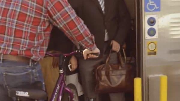 通勤ラッシュ時、電車に自転車を持ち込むのははばかられるが