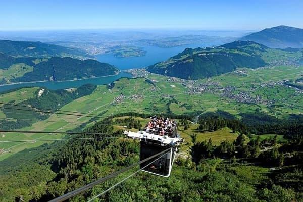 スイス アルプスに昨年登場した「Cabiro Cable Car」  2階建てです!