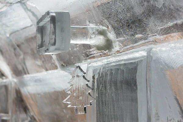 氷でできたバックミラー  フロントガラス(フロントアイス?)への取り付けに、苦労の跡が見えます