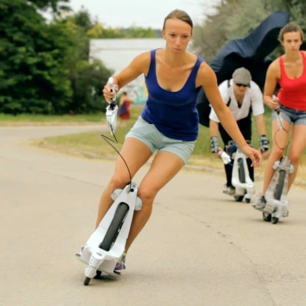 一輪車の操作感覚と、スケートボードのスピード感を同時に楽しめる