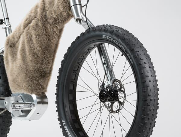 雪道走行に備え、フロントフォークが「モノアーム」になっている