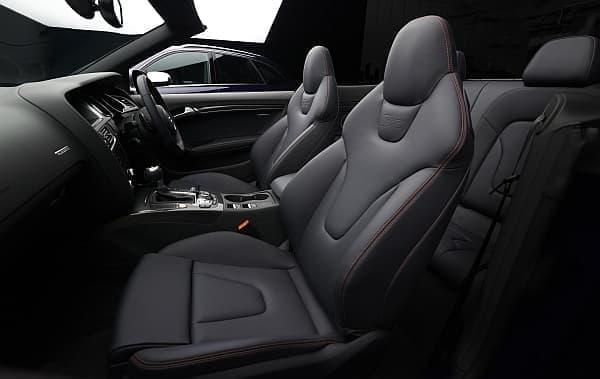 内装では、赤いラインとステッチを施した専用のシートが設定された