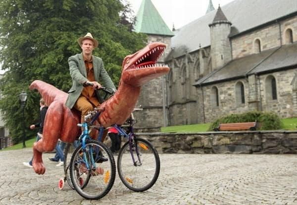 Moestue さんによる最新の自転車アート「恐竜自転車」