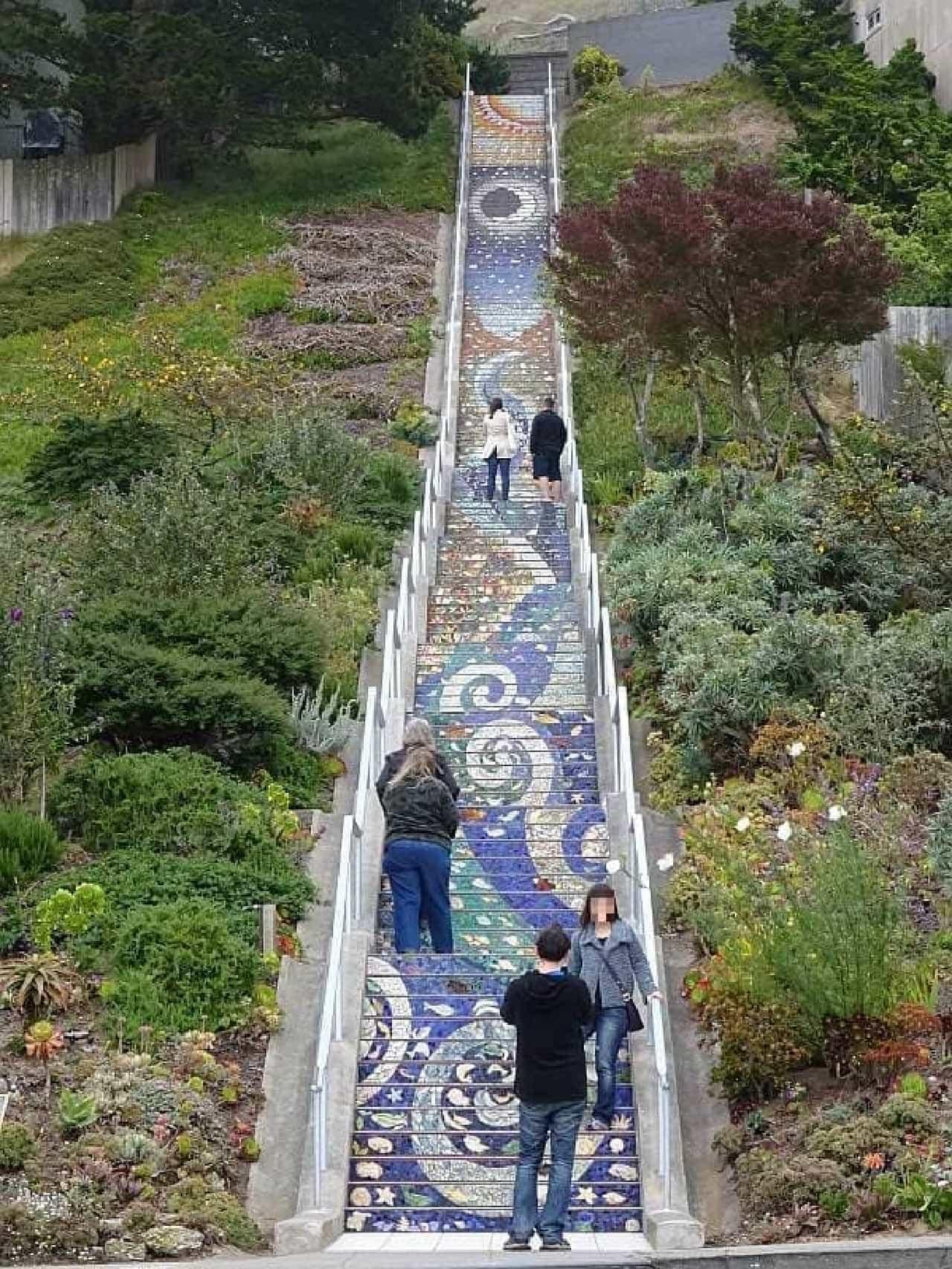 モラガ階段の段数は163段  観光客は、休みながら登ります