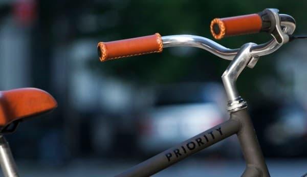 ブレーキは、レバーやケーブルのない「コースターブレーキ」  (画像中のケーブルは、シフト操作用のもの)
