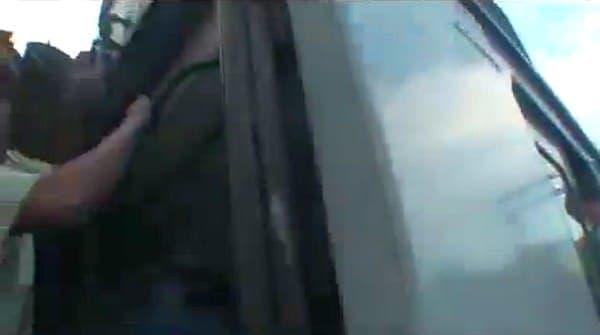 電車脇のはしごを使って