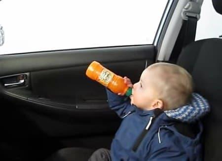のんびりジュースを飲んでいた子どもが