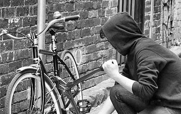自転車泥棒は、自転車のカギを壊し、その自転車に乗って逃亡します