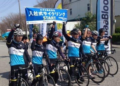 ホダカによる「サイクリング入社式」(画像は同社 Facebook より)