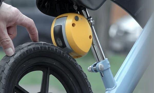 自転車後ろに取り付けられたブレーキが作動し
