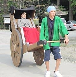 一人乗り用のダンボール人力車  彼女も大喜び?