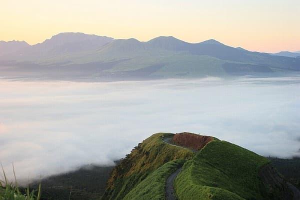「ラピュタの道」 (出典:阿蘇地域観光推進協議会 公式 Web サイト)