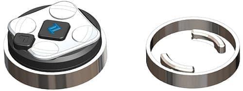 「NUVIZ Ride:HUD」を操作するリモコン(左)とマウントキット(右)