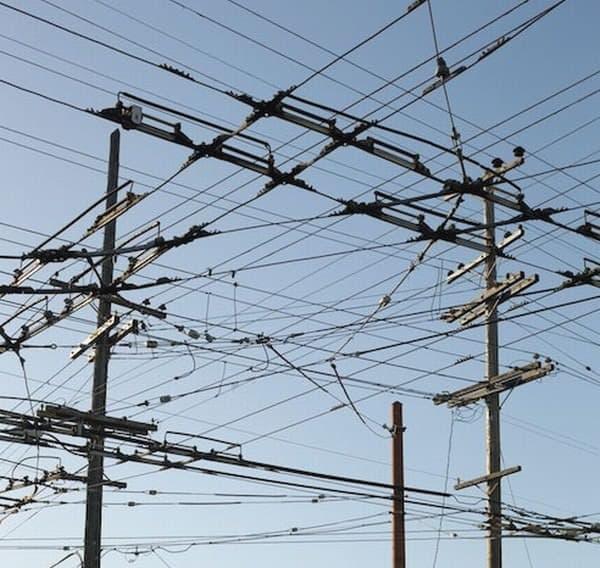 """サンフランシスコ市内を走る架線  ある意味、電気自動車の""""インフラ""""ともいえます"""