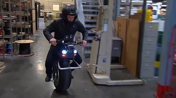 小回りの良さを活かして、倉庫内の移動もできる