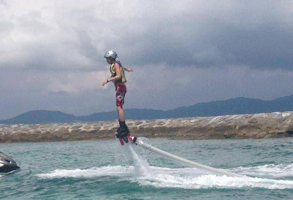 沖縄には、フライボード目当ての観光客が押し寄せた