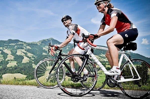 """「Vivax Assist 4.0」キットは、登坂するサイクリストの背中を  """"見えない手""""で押してくれる"""