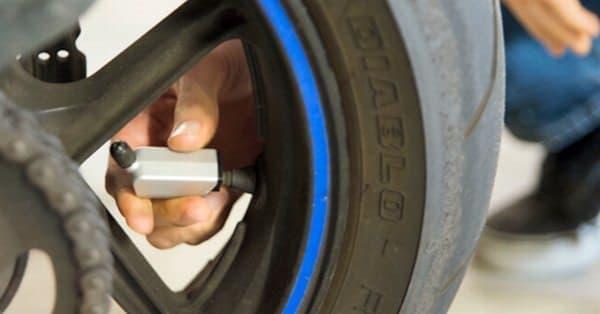 「CycleAT」は、自転車/バイクのエアバルブに取り付けることで  タイヤの空気圧をモニタリングする