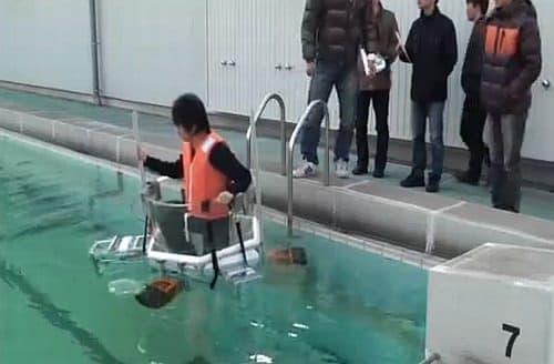 水上を移動可能な「全方位推進型水上移動機」