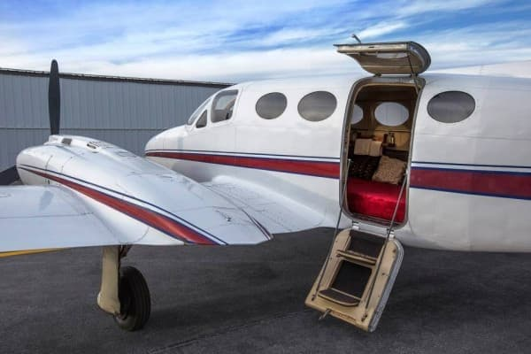 「空飛ぶラブホテル」のベースは、6人乗りの小型機「セスナ421」