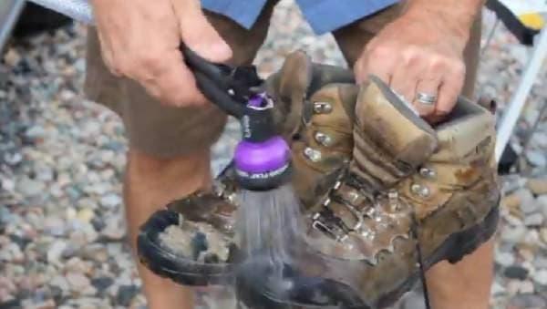 靴の泥を落としたり