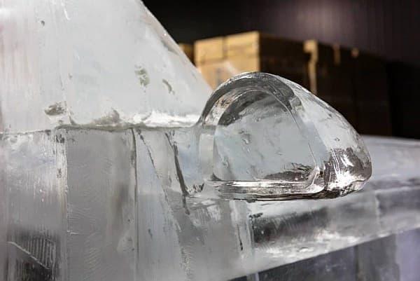 氷でできたサイドミラー  後ろは見えませんが、前方はうっすら透けて見えてます